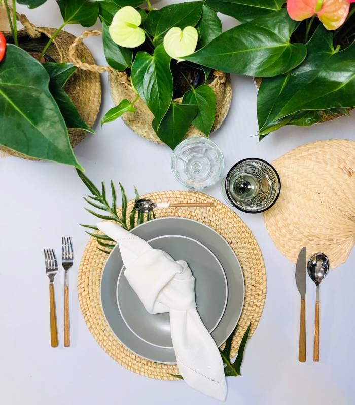 Tropical tableware for a beach wedding in Cancun