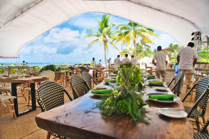 A tropical style for wedding furniture in Cancun