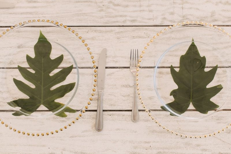 Tropical tableware for beach wedding