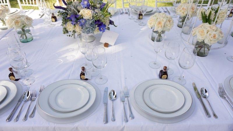 Minimalist tableware for a beach wedding
