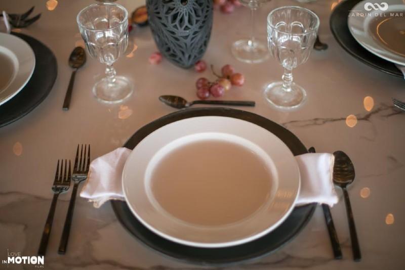 Minimalist tableware for wedding in Cancun