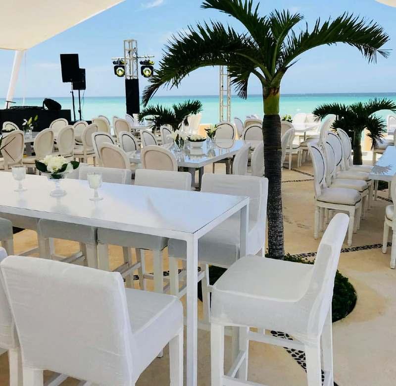 Minimalist wedding furniture in Cancun