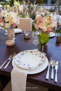 Centerpieces with flowers in pink shades