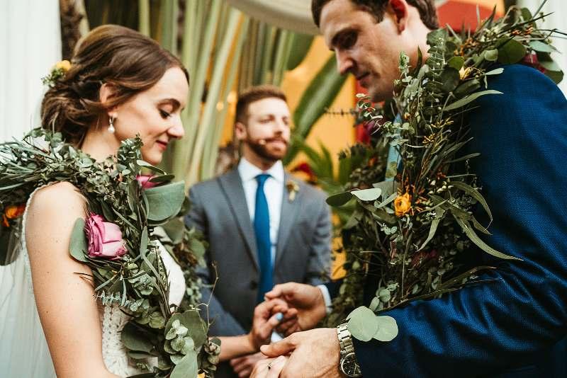 boda civil con detalles de flores